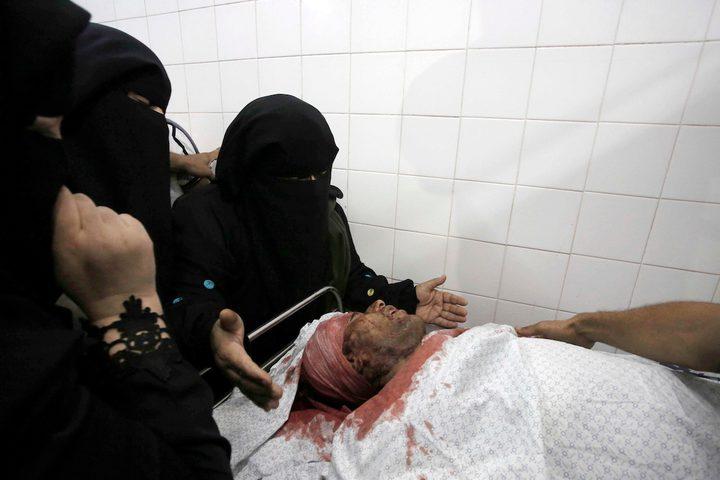 أقارب الشهيد سعدي معمر ، 26 عاماً ، الذي قُتل برصاص قوات الاحتلال الإسرائيلي خلال مسيرات العودة على الحدود الشرقية في قطاع غزة ، يقوموا بتقبيل جسده في المشرحة في مستشفى برفح في جنوب قطاع غزة.