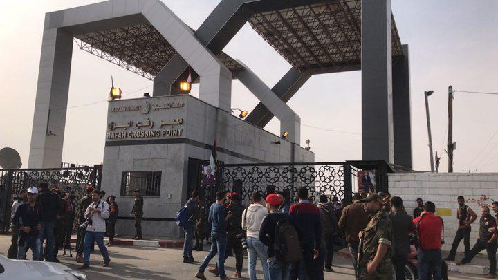 عبور عدد كبير من العالقين وإدخال شاحنات سلع لغزة