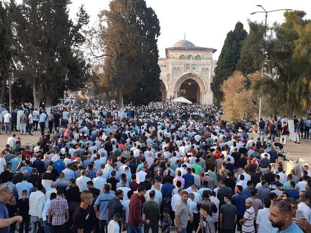 (100) ألف يؤدون صلاة العيد بالمسجد الأقصى المبارك