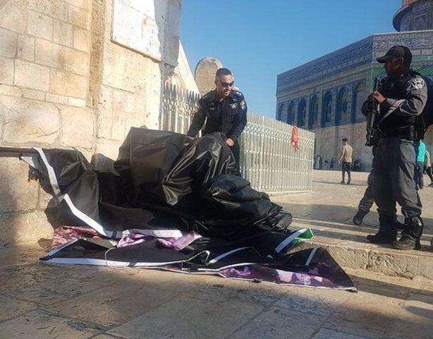 الاحتلال يزيل يافطة من المسجد الاقصى