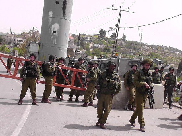 قوات الاحتلال تنصب حاجزا عسكريا على مدخل قرية عجة