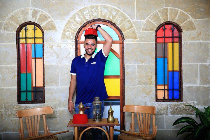 مصور فلسطيني ، يلتقط صوراً أثناء تصوير يوم الثاني من عيد الأضحى أو عيد الأضحى ، في مدينة نابلس بالضفة الغربية