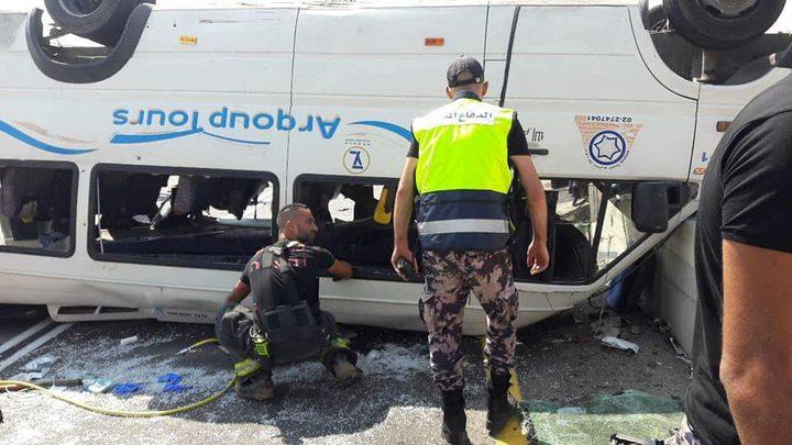 وفاتان و13 إصابة بانقلاب حافلة (محدث)