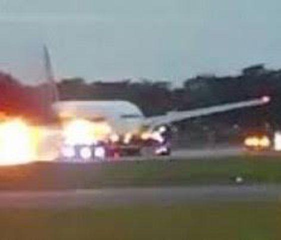 لحظات الرعب على متن طائرة مشتعلة