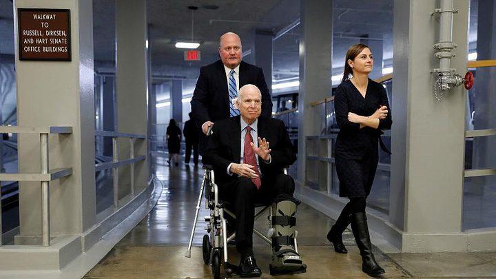 السيناتور جون ماكين يستسلم لآخر أيامه مع السرطان