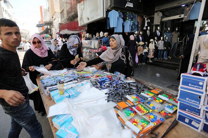 فلسطينيون يتسوقون في أحد الأسواق خلال الإعداد للسنة الدراسية الجديدة في مدينة غزة