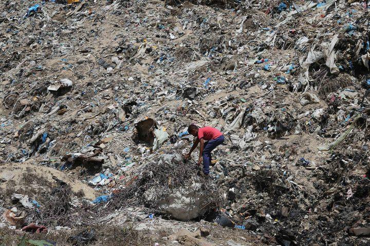 طفل يجمع القمامة من مكب للنفايات جنوب قطاع غزة