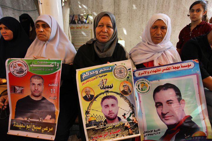 فلسطينيون يشاركون في احتجاج لإظهار التضامن مع السجناء الفلسطينيين المحتجزين في السجون الإسرائيلية ، أمام مكتب الصليب الأحمر في مدينة غزة