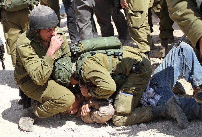الاحتلال يعتدي على ثلاثة فتية أثناء اعتقالهم