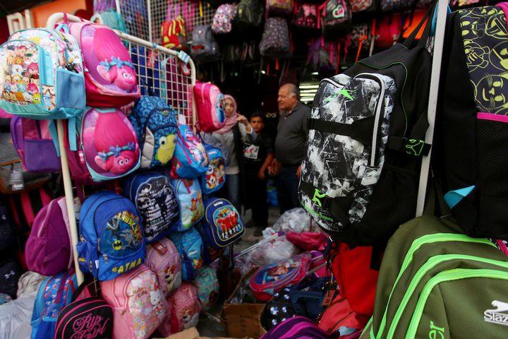 مواطنونفي أحد الأسواق خلال التحضير للسنة الدراسية الجديدة في مدينة نابلس