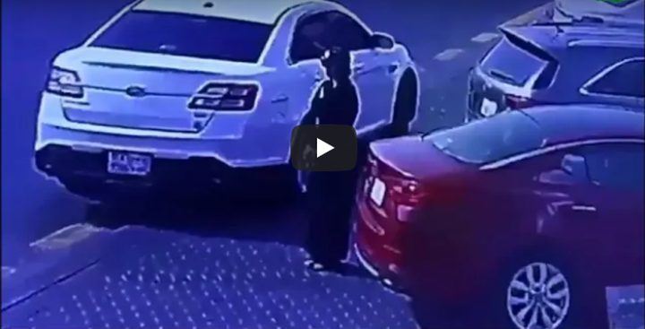 سعودية تسرق سيارة من أمام أحد المتاجر