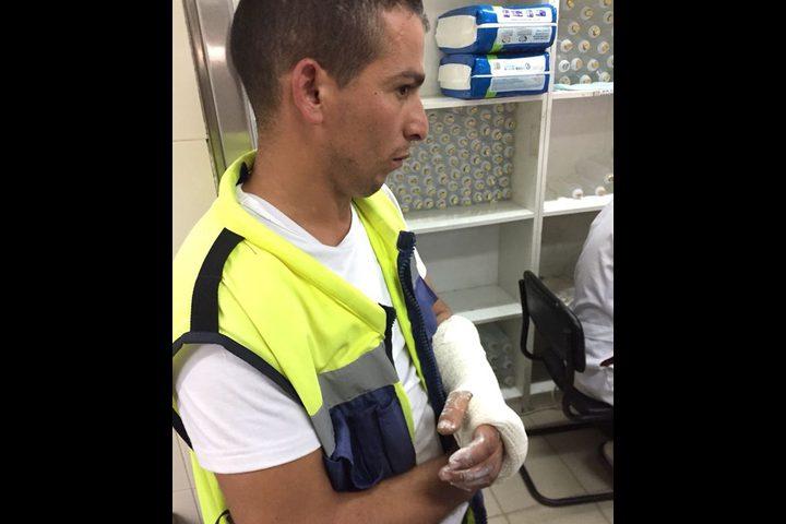 مركبة غير قانونية تدهس شرطي مرور وضابط في الخليل