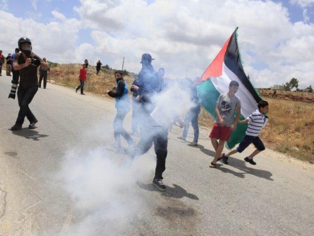 إصابات بالاختناق خلال قمع الاحتلال مسيرة نعلين