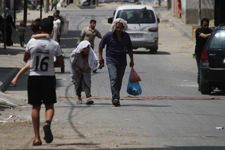 فلسطينيون يسيرون في أحد شوارع مخيم الشاطئ للاجئين ، بعد أن أوقفت الولايات المتحدة يوم الجمعة كل التمويل لأونروا