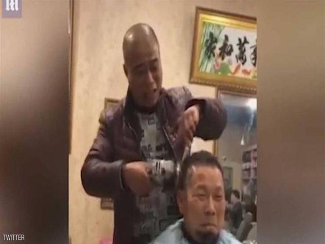 شاهد.. حلاق صيني يخاطر بحياة زبائنه