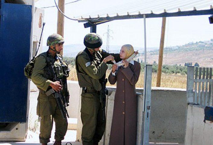 الاحتلال يعتقل مواطنة على حاجز قلنديا