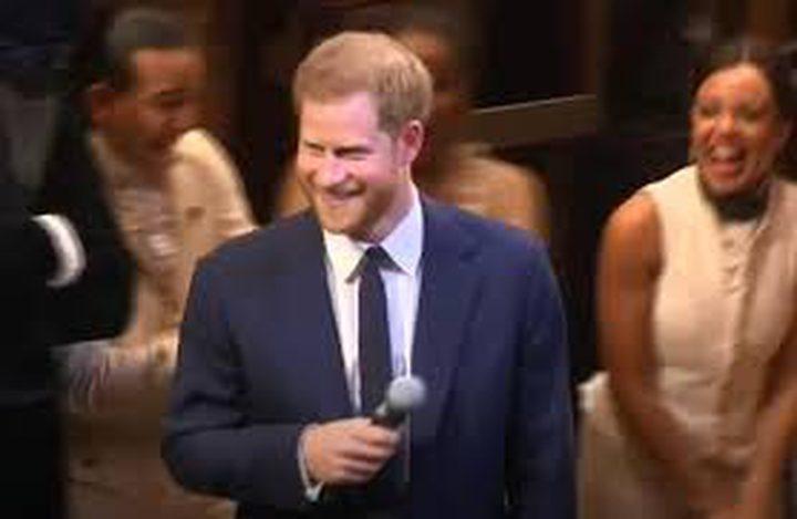 """شاهد.. الأمير هاري في """"عرض غنائي فكاهي"""""""