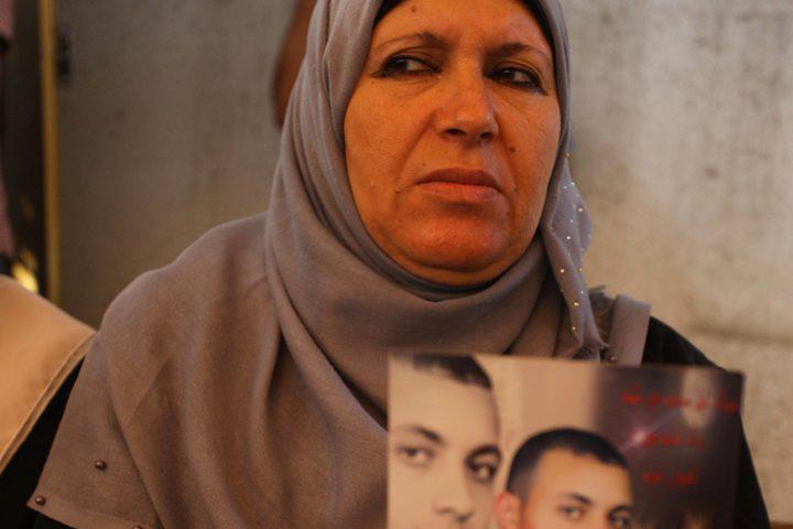 فلسطينيون يشاركون في احتجاج لإظهار التضامن مع السجناء الفلسطينيين المحتجزين في السجون الإسرائيلية ، أمام مكتب الصليب الأحمر في مدينة غزة>