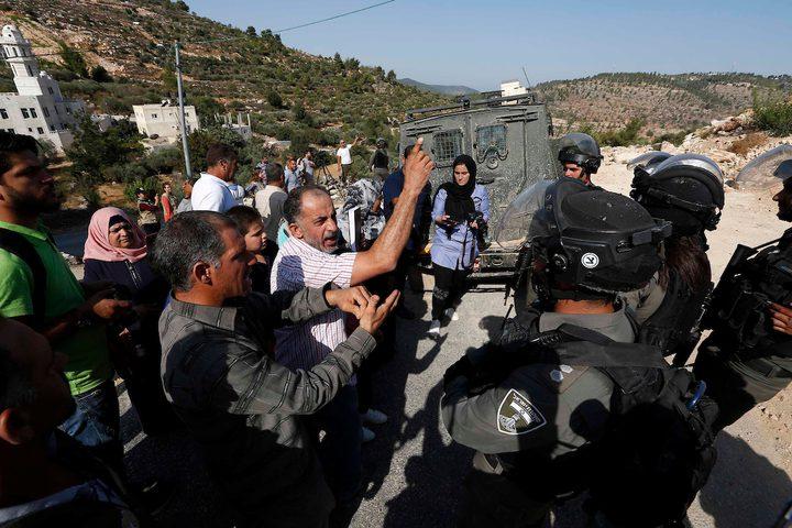 رجال شرطة الحدود الإسرائيليون يقفون حراسة بينما تقوم جرافة إسرائيلية بهدم أربعة منازل تعود ملكيتها لعائلات فلسطينية قالت السلطات الإسرائيلية إنها شيدت دون تصريح ، في قرية الولجة بالضفة الغربية ، بالقرب من بيت لحم.