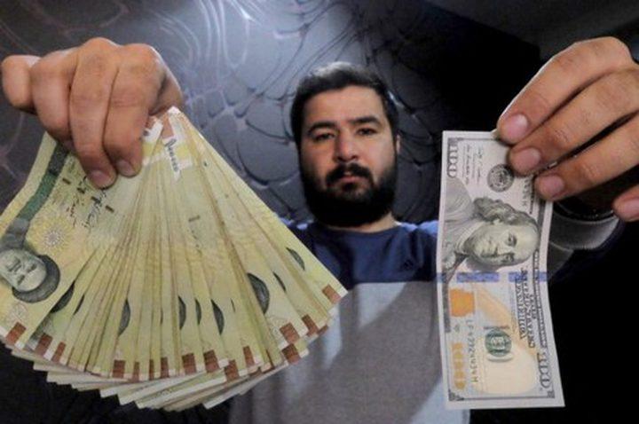 الريال الإيراني يتهاوى إلى 130 ألفًا مقابل الدولار