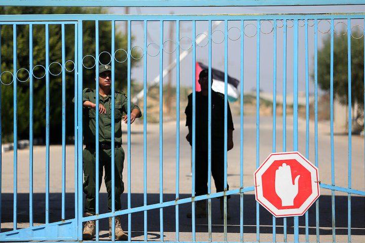 """فلسطينيون يقفون خارج بوابة حاجز بيت حانون في شمال قطاع غزة في 5 سبتمبر 2018، بعد اغلا الاحتلال الإسرائيلي """"حاجز ايرز"""" بعد مظاهرة نظمها الفلسطينيون ضد قرارات الإدارة الأمريكية بوقف تمويل الأونروا."""
