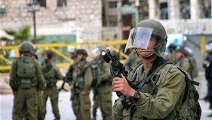 الاحتلال يصيب شاباً بالرصاص ويعتقل ثلاثة آخرين