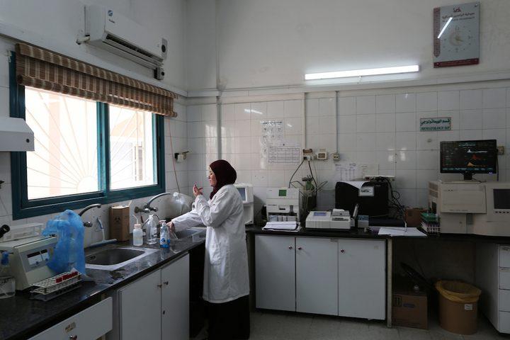 الأطباء الفلسطينيون يعملون في مستشفى بيت حانون ، أثناء الأزمة المستمرة في انقطاع التيار الكهربائي ، في بيت حانون في شمال قطاع غزة.