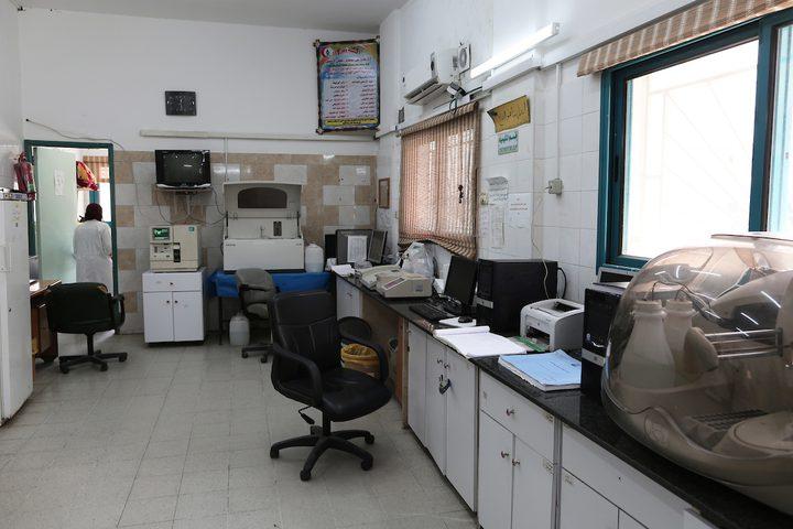 الأطباء الفلسطينيون يعملون في مستشفى بيت حانون ، أثناء الأزمة المستمرة في انقطاع التيار الكهربائي ، في بيت حانون في شمال قطاع غزة
