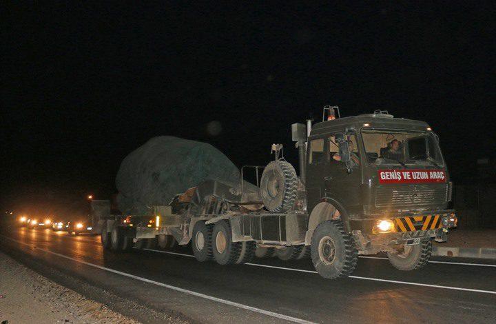 قوات تركية تضم دبابات ومدافع تصل الحدود السورية