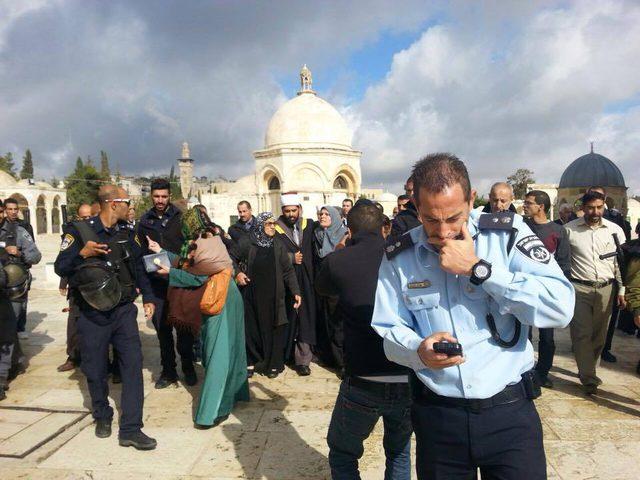 الاحتلال يعتقل جهاد الرازم وابنتها من الأقصى