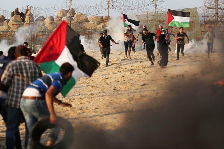 متظاهرون فلسطينيون يجتمعون خلال مظاهرة ضد الحصار الإسرائيلي على قطاع غزة ، على طول الحاجز البحري لغزة على الحدود البحرية مع إسرائيل بالقرب من كيبوتس زكيم ، شمال بيت لاهيا في شمال قطاع غزة .