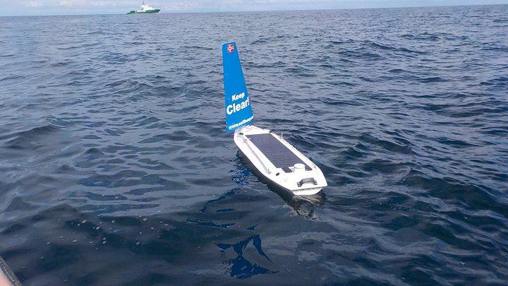 قارب موجه صغير يعبر المحيط الأطلسي!