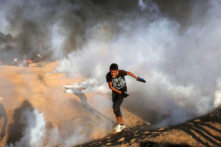 من المواجهات التي اندلعت بين المتظاهرين وقوات الاحتلال في خيام الاحتجاج  مطالبين بحق العودة إلى وطنهم على الحدود بين إسرائيل وغزة  في خان يونس في جنوب قطاع غزة يوم الجمعة 14 سبتمبر 2018.