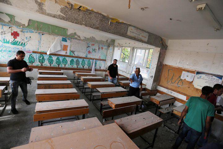 فلسطينيون يتفقدون فصلاً من مدرسة تديرها الأمم المتحدة تضررت جراء القصف الإسرائيلي في اليوم السابق ، في خان يونس في جنوب قطاع غزة في 15 سبتمبر 2018.