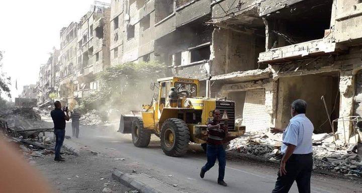 بدأ العمل في إزالة الركام والأنقاض من مخيم اليرموك