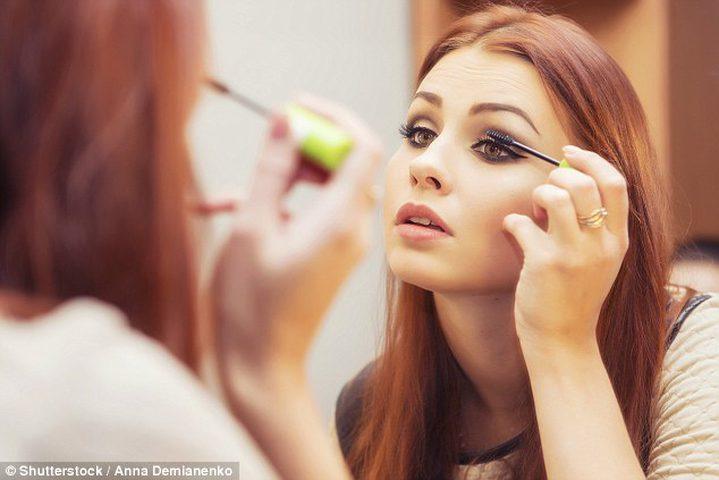 للنساء.. مخاطر مواد التجميل أكبر مما تتخيلن !