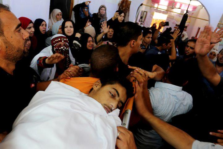 مشيعون يحملون جثة المواطن صهيب أبو كاشف الذي توفي متأثراً بجراحه التي أصيب بها خلال اشتباكات في خيام احتجاج على الحدود بين إسرائيل وغزة خلال جنازته في خان يونس بجنوب قطاع غزة ، في 16 سبتمبر / أيلول 2018.