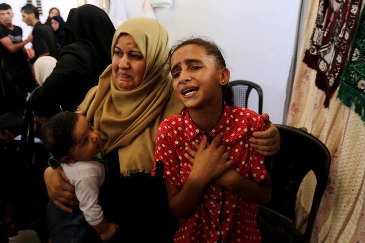 شقيقة الفلسطيني صهيب أبو كاشف ، الذي توفي متأثراً بجراحه ، خلال اشتباكات في خيام احتجاج على الحدود بين إسرائيل وغزة ، تنعى جنازة في خان يونس بجنوب قطاع غزة
