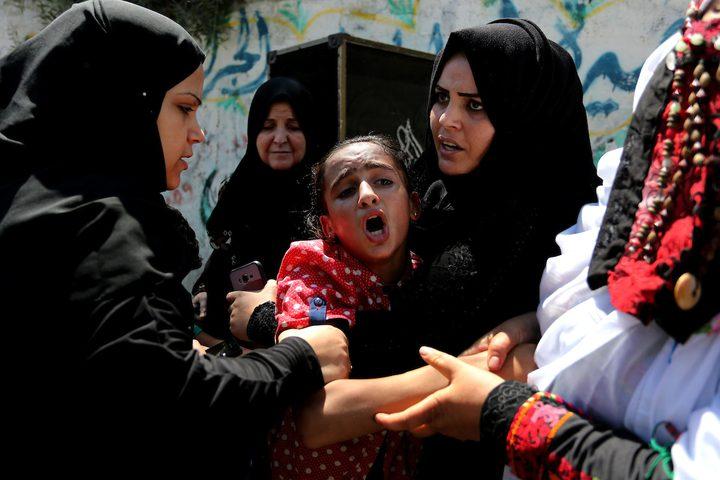 أقارب الفلسطيني صهيب أبو كاشف ، الذي توفي متأثرا بجراحه ، خلال اشتباكات في خيام احتجاج على الحدود بين إسرائيل وغزة ، حدادا على جسده خلال جنازته في خان يونس بجنوب قطاع غزة.