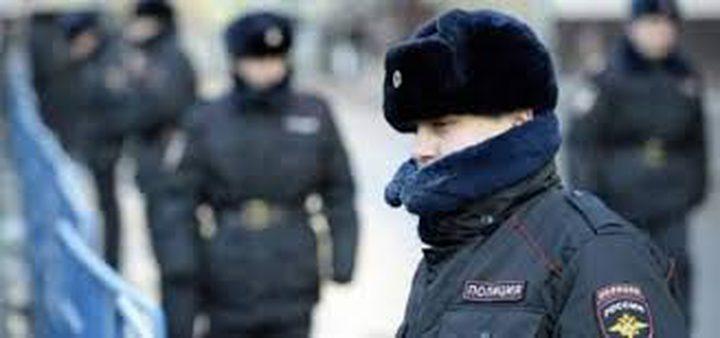 موسكو..رجل ضخم يقدم على حمل شرطي بصورة مفاجئة