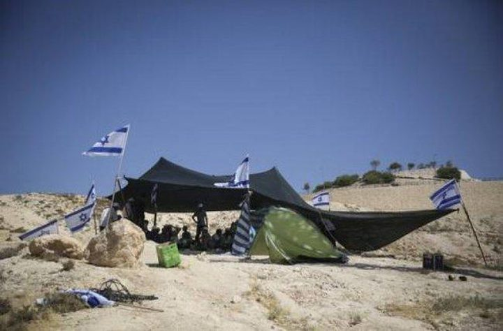 """مستوطنون ينصبون خيمة فوق أراضي """"خلة النحلة"""""""
