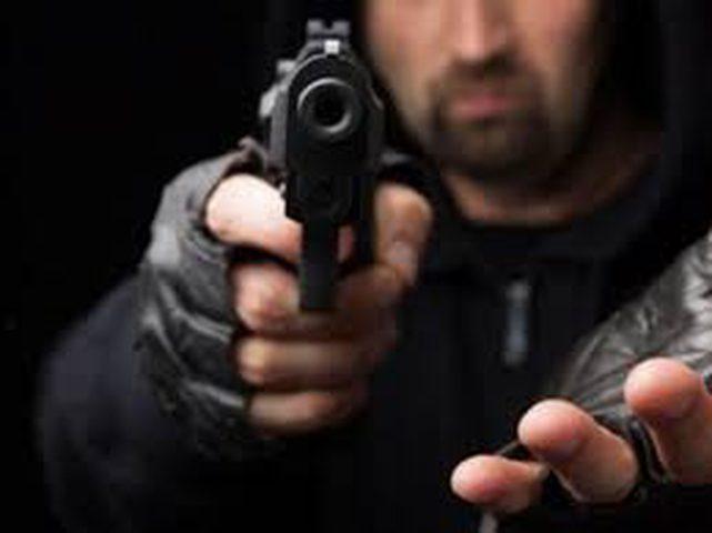مسلحون يهاجمون مركبة ويسرقون مبلغاً من المال