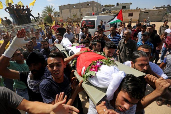 أقارب الفلسطيني علاء أبو عاصي الذي قُتل في غارة جوية إسرائيلية على الحدود بين إسرائيل وغزة ، حداد خلال جنازته في خان يونس في جنوب قطاع غزة في 19 سبتمبر 2018.
