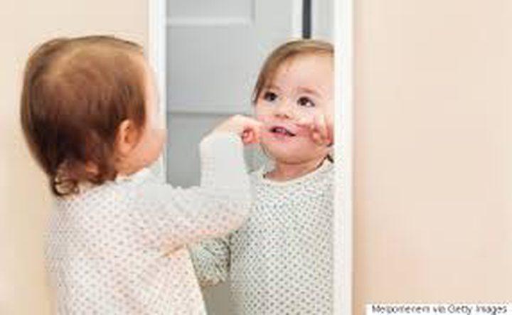 """فيديو """"الطفل والمرآة"""" يحصد ملايين المشاهدات"""