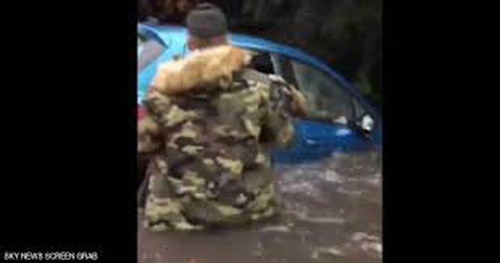شاب ينقذ عجوز عالقة بسيارتها داخل الفيضانات(فيديو)
