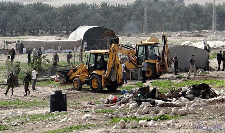 سلطات الاحتلال تستولي على معدّات بناء ومركبة
