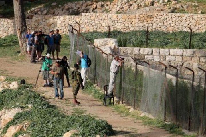 مستوطنون يقتحمون جبل رويسات ونبعة الهدف