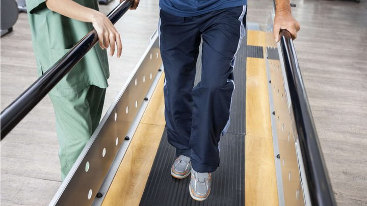 جهاز يسمح للمصابين بالشلل بالوقوف والمشي