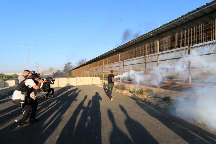 مواجهات بين قوات الاحتلال والشبان على حاجز بيت حانون احتجاجا على الحصار الاسرائيلي على غزة