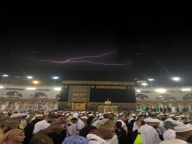 البرق يضيء سماء الحرم المكي في مكة